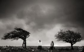 Czarno-białe zdjęcia ślubne zaręczynowe wykonane przez fotografa z Dorset