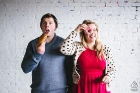 Un couple de Seattle s'amuse avec des beignets pendant la séance d'engagement Portrait