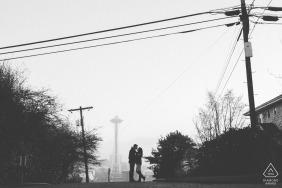 Portrait de couple s'embrassant dans une scène urbaine avec poteaux électriques et lignes de Seattle Engagement Photographer