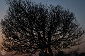 Spanien-Hochzeitsverpflichtungsphotographie an der Dämmerung mit Bäumen und Himmel