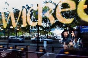 Couple dans une vitrine avec des reflets de la rue | Photographe de fiançailles de mariage urbain NJ
