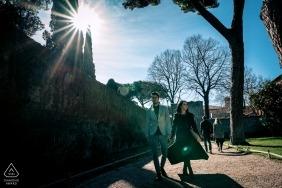 Après-midi à rome | Une séance de portrait d'un couple marchant au soleil