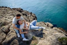 Verpflichtungsportrait auf den Felsen über dem Meer