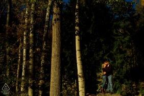 Couple engagé pose pour des portraits dans la forêt d'automne   Nelson BC Photographe de mariage