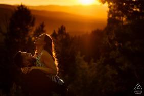 Portrety zaręczynowe o zachodzie słońca w parku stanowym Golden Gate Canyon.
