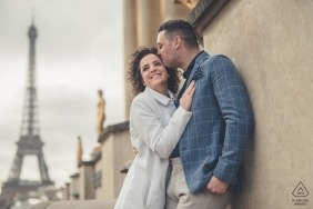 Paris engagement portriat at the tower of a couple kissing  | pre-wedding shoot session