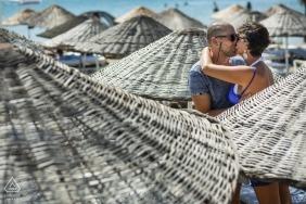 Séance de photographie en pré-mariage avec des parasols de plage en Turquie