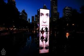 Chicago Engagement Fotografie Portrait Session bei Nacht mit Skyline der Stadt