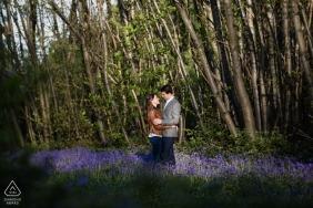 Een Bluebell Engagement fotoshoot sessie in Bishopsbourne, Kent, VK