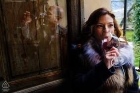 Alicante Engagement Photographs avec du vin et des reflets dans un verre