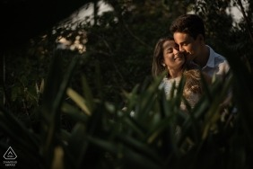 Rio de Janeiro, de verloving photoshoot van Brazilië met paar in gebladerte