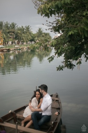 Love in the boat by Hoi An photographer | Engagement Photos