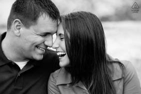 新罕布什爾前婚禮肖像 - 夫婦笑 - 黑色和白色