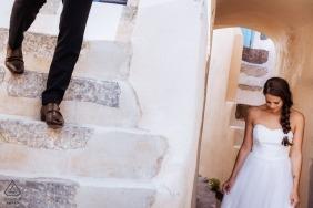 Santorini, Greece Avant le mariage Portraits sur les marches en stuc