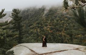 Nova sessão de fotografia Hamsphire de noivado Retrato na floresta em uma rocha plana