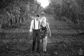 Couple walking in the countryside. Black and white photo. | Trapani, Sicily | Walking in the countryside