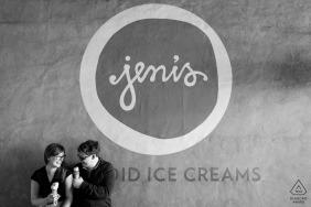 Jeni's Ice Cream, Atlanta, Géorgie, États-Unis | Portrait de fiançailles d'un couple profitant de leur Jeni