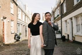 Zabawna sesja zaręczynowa w Notting Hill, Londyn | Ćśśś, nic nie mów