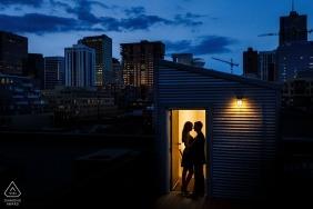 Portraits de Denver, Colorado | Une silhouette d'un beau couple contre la skyline de Denver la nuit.