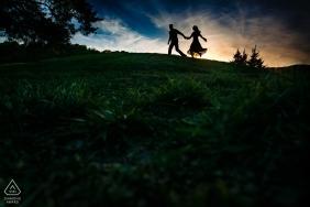 Vor Hochzeitsfotografie in Lenexa, KS - Verlobtes Paar, das zusammen während des Sonnenuntergangs läuft