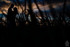 Merian, KS, Porträts vor der Hochzeit - Verlobtes Paar bei Sonnenuntergang an dem Ort, an dem sie ihr erstes Zuhause bauen werden
