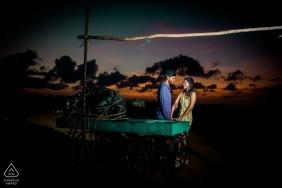 Romance pré-amanhecer - Retrato de barco - Fotógrafo de noivado de Tamil Nadu
