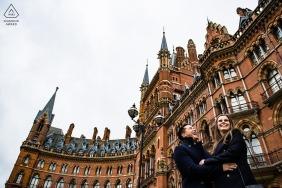 Tournage de fiançailles à Londres devant la gare de St Pancras - Photograph Photograph