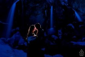 Rifle cai fotógrafo de noivado - noiva e noivo pela cachoeira de co