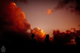 Esta foto foi tirada em Hoi An - foto de noivado com o sol e nuvens vermelhas