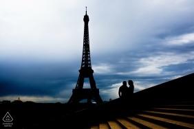 Retrato de silhueta de noivado com a Torre Eiffel