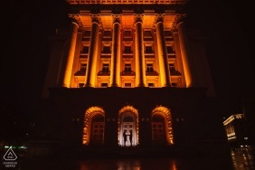 Silhuetas sob edifícios à noite - Sofia engagement foto