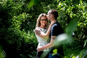 East Midlands Engagement Foto de um casal em árvores ensolaradas