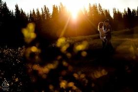 Em cima de Shrine Pass para os últimos raios de sol durante a sessão de noivado deste casal em Vail.