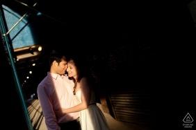 Paar in Höhepunkt auf der Straße - Rhode Island Pre Wedding Photographer