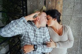 Session de fiançailles créative ouest de Washington - Couple s'embrassant sur un banc