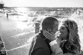 Paare, die mit Wasserspritzen auf Hintergrund - Wisconsin-Verpflichtungen küssen