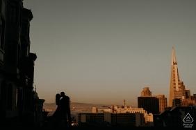 舊金山城市天際線背後是這對剪影的接吻情侶