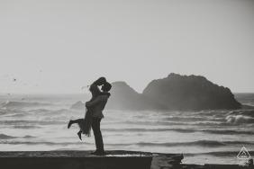 Hintergrundbeleuchtetes Schattenbildporträt eines Paares am Strand in Schwarzweiss - San Francisco-Hochzeitsfotograf