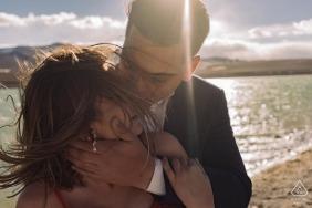 Paare, die eine Umarmung im Wind teilen - São Paulo Engagement Photo