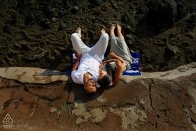 Verlobungssitzung am Laguna Beach - CA Nickerchen am Strand