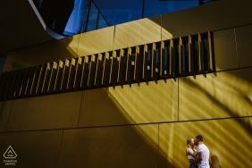 订婚肖像在阳光和阴影下在亚琛拍摄