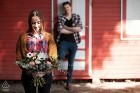 Italienisches Verlobungsfoto vor der Hochzeit | rotes Gebäude, Blumen und Schatten