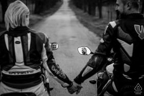 Portraits de pré-mariage à Brno - Séance d'engagement de moto en noir et blanc