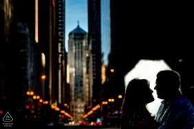 photos de fiançailles à chicago - silhouette de la chambre de commerce portrait d'un couple