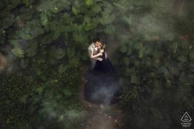 Séance de photo de portrait de pré-mariage du parc de fuzhou pour un couple en tenue de cérémonie