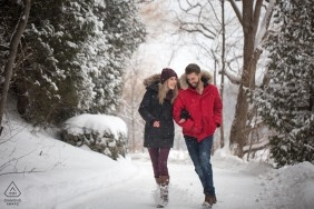 Retratos de noivado em Milton, Ontário - O casal vai em um passeio de inverno na neve com jaquetas em
