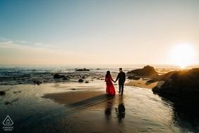 Portraits de fiançailles à Newport Beach pendant l'heure de la magie - photographe de mariage en Californie