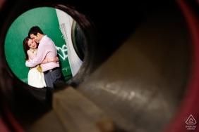 Brooklyn, Nova Iorque pré retratos de casamento - noivos Casal em círculo na rua