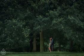 Porträtsitzung Greenwichs, Großbritannien am Park mit Bäumen und einem Licht