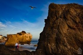 Malibu, California Beach Engagement Session am Rande des Wassers und der Klippen